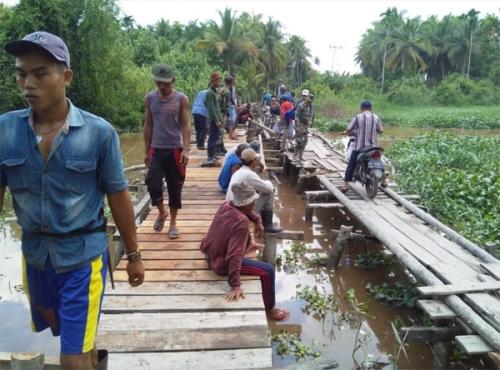 Mudahkan Akses dari Desa ke Kecamatan, Kodim 0314 Inhil Bangun Jembatan Kayu Keritang