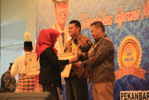 Unilak Terima Anugerah KI Riau Award 2019 sebagai Perguruan Tinggi Paling Informatif