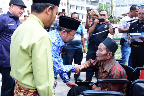 Baznas Bengkalis Serahkan Bantuan 5 Unit Kursi Roda