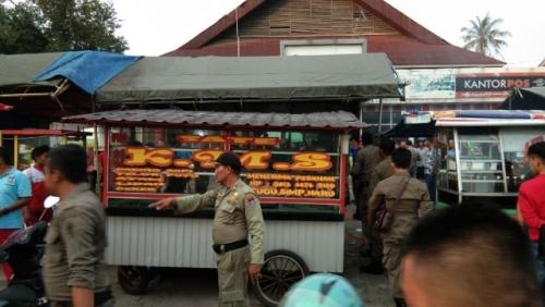 Aparat Diskes Kota Padang Gerebek Kios Sate Daging Babi