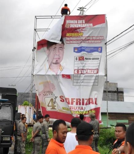 Menyalahi Aturan, Bawaslu Kuansing Turunkan 6 Baliho Caleg di Billboard