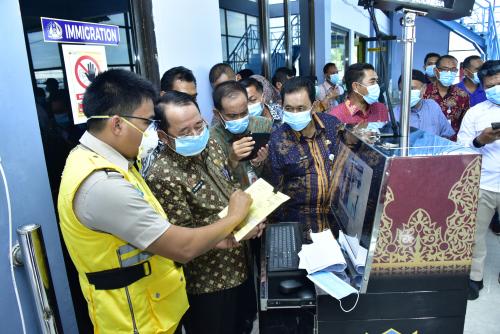 Deteksi Wabah Virus Corona, Sekda Tinjau Alat Thermal Scanner di Pelabuhan Internasional Selatbaru