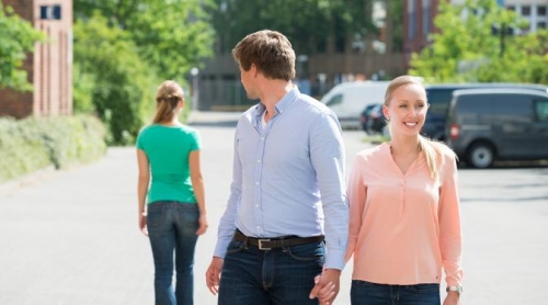 Suami Anda Mungkin Sedang Memikirkan Wanita Lain? Ini 6 Tandanya