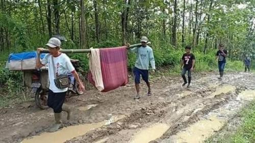 Pendarahan, Wanita Hamil Ditandu Pakai Bambu dan Kain Sarung ke Puskemas Sejauh 6 Kilometer, Begini Penampakannya