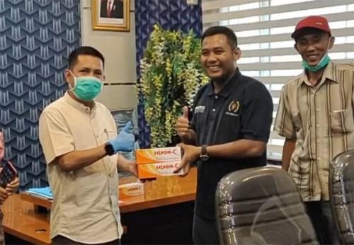 Bekerja di Tengah Wabah, DPRD Pekanbaru Bagikan Masker dan Vitamin kepada Wartawan