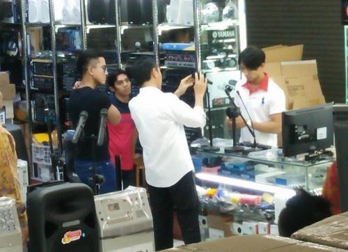 Lihat Nih... Jokowi Belanja di Mangga Dua Tanpa Pengawalan Ketat, Tampaknya Mau Beli Speaker