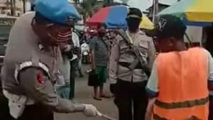 Pukul Pantat Warga Tak Pakai Masker dengan Rotan di Pasar, 8 Polisi Diamankan