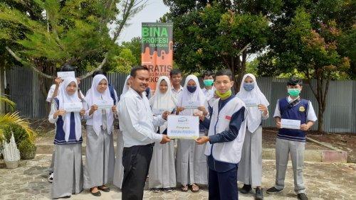 15 Siswa SMK Bina Profesi Pekanbaru Terima Beasiswa Pendidikan dari Rumah Yatim