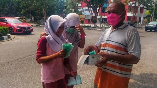 Antisipasi Masyarakat Tepapar Asap, Diskes Riau Bagi-bagi Masker