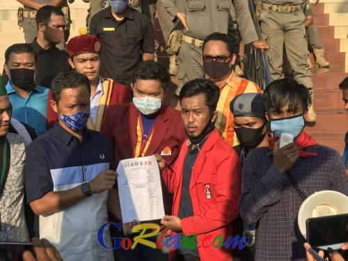 Serahkan Pernyataan Sikap Penolakan Omnibus Law, Mahasiswa: Jangan Dibuang ke Tong Sampah ya, Pak..