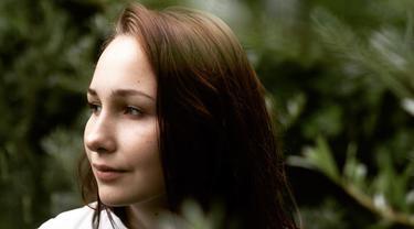 Ada-ada Saja, Wanita Cantik Ini Melukis Gunakan Bagian Dadanya Sebagai Kuas