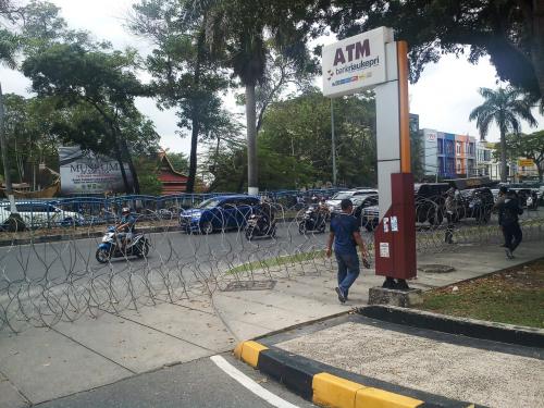 Antisipasi Aksi Unjuk Rasa, Kawat Berduri Dipasang di Sekitar DPRD Riau