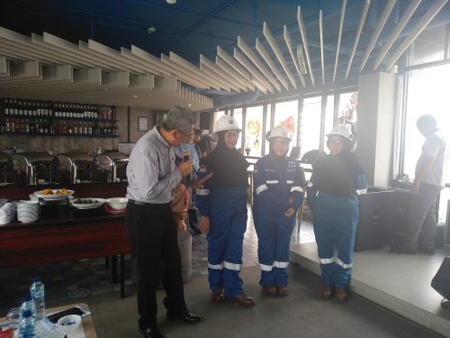 Chevron Tingkatkan Keselamatan Kerja Karyawati Berhijab dengan Hijab Berstandar FCR