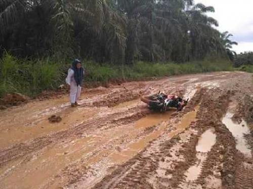Dewan Kampar Minta Pemprov Segera Perbaiki Jalan Tanah yang Berlumpur di Bandur Picak