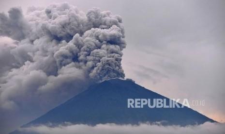 Gunung Agung Semburkan Gas Mematikan