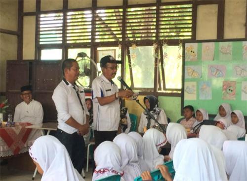 Kunjungi SDN 015 Tembilahan, Mantan Kabag Humas Ajak Ratusan Pelajar Bermain Sambil Belajar