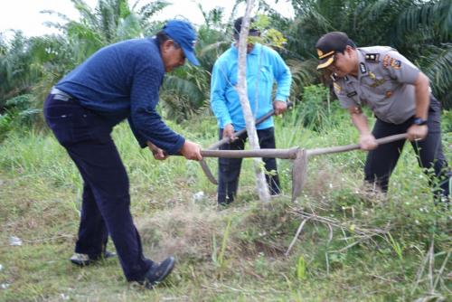 Jalan Pemda di Kecamatan Dayun akan Rindang, Bupati Siak Langsung yang Turun Menanam Pohonnya