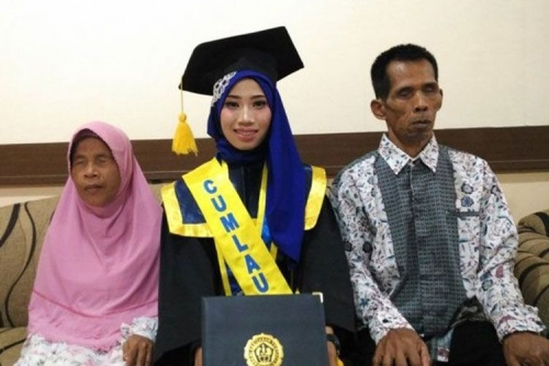 Inspiratif, Meski Ayah dan Ibunya Tunanetra, Retno Puji Astuti Lulus Cumlaude dengan IPK 3,72