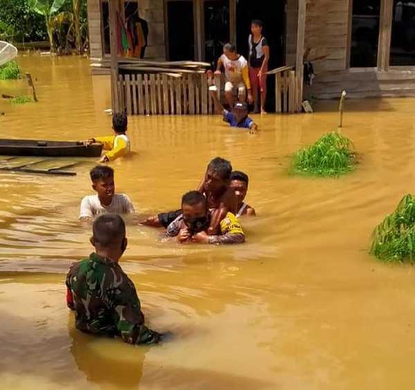 GoRiau Tampak TNI-Polri tengah mengav